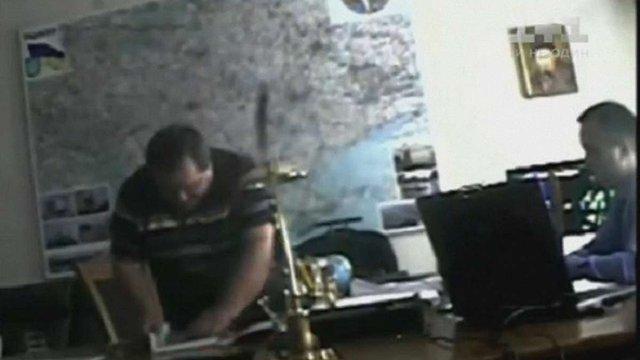 Опубліковано оперативне відео, як двоє суддів намагалися дати хабара Назарові Холодницькому