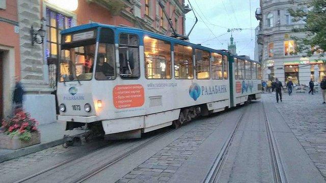 На площі Ринок зійшов з рейок трамвай №2
