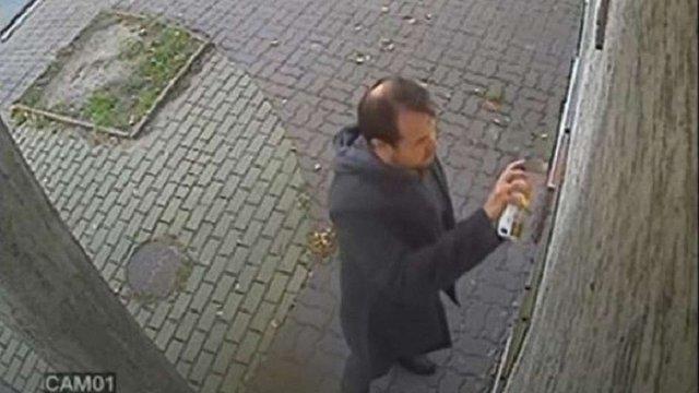 Поліція опублікувала фото чоловіка, який розмалював фарбою консульство України у Ряшеві