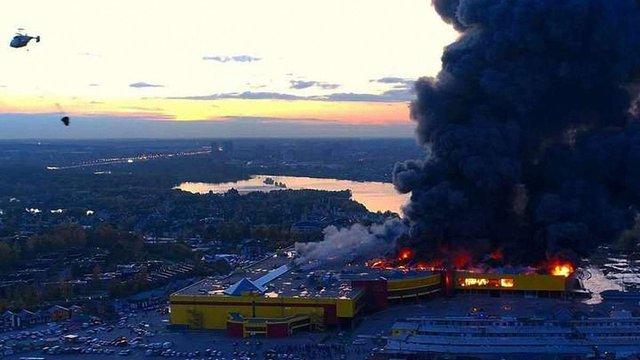 На околиці Москви спалахнув торговий центр: пожежу гасять вертольотами