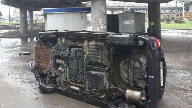 У Києві з мосту впав автомобіль з водієм і дитиною
