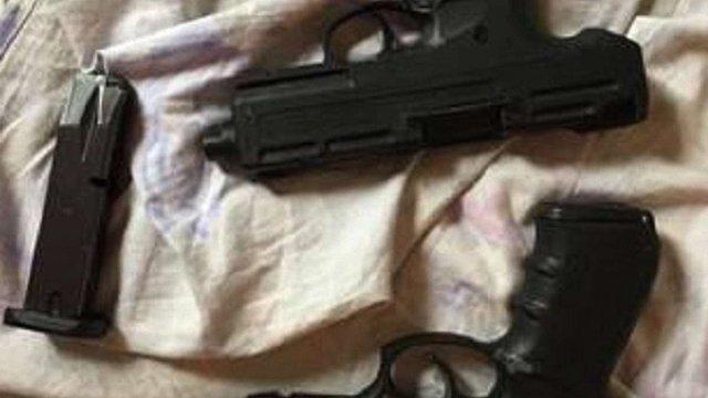 У квартирі мешканця Львівщини поліція виявила три пістолети та боєприпаси