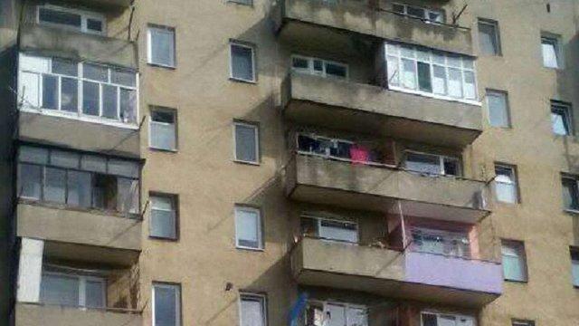 У Львові з балкону сьомого поверху впала жінка і залишилася живою