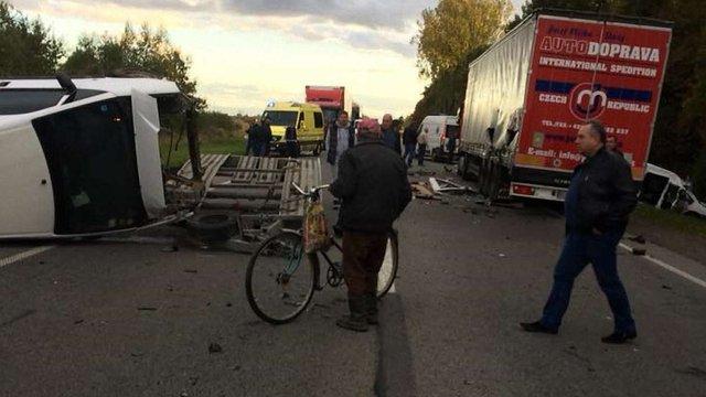В аварії з вантажівкою на трасі Київ-Чоп загинула людина