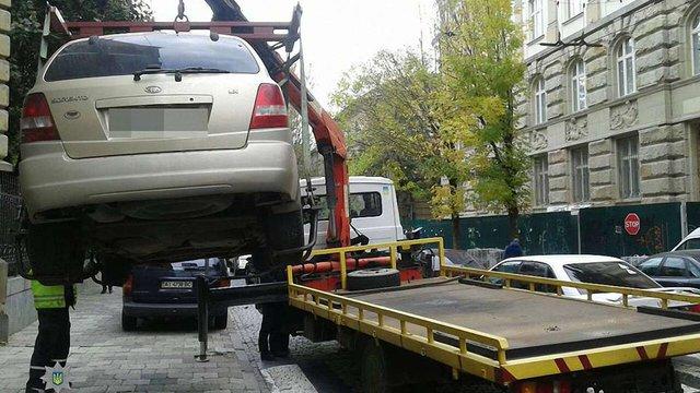 Патрульні евакуйовують машини порушників паркування в центрі Львова