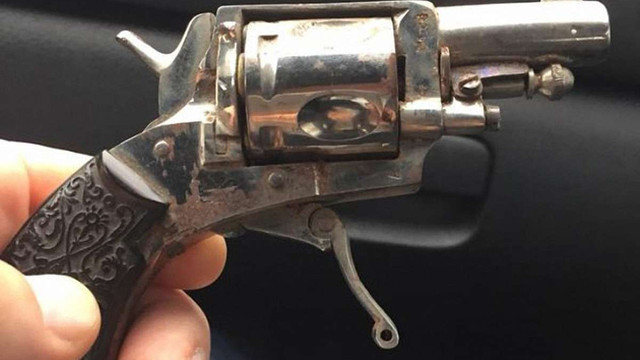 У бібліотеці Києво-Могилянської академії за книжковими шафами знайшли раритетний револьвер