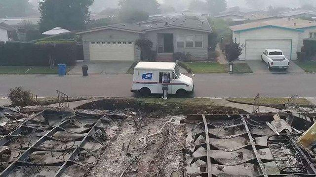 У Каліфорнії листоноша продовжував розвозити пошту в згорілому місті