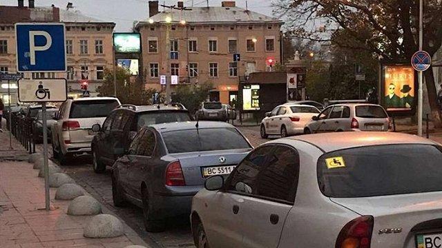 Службове авто голови ЛОДА залишили на парковці для людей з інвалідністю