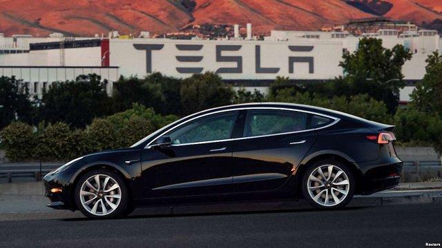 Компанія Tesla раптово звільнила майже чотири сотні працівників