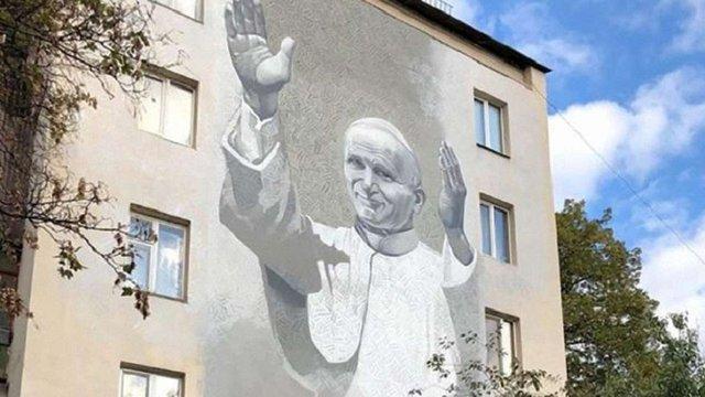 У Києві відкрили мурал з Іваном Павлом II, який напередодні розмалювали антипольськими написами