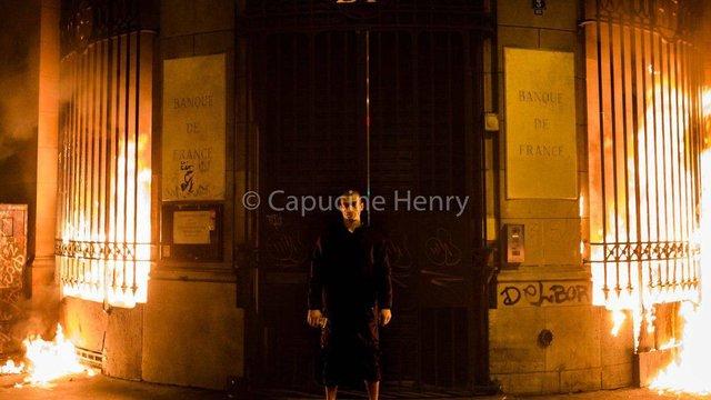 Російський художник Петро Павленський підпалив будівлю Банку Франції