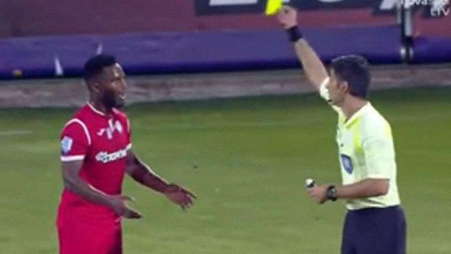 У Греції футболіст отримав жовту картку за невдалий жарт над суддею