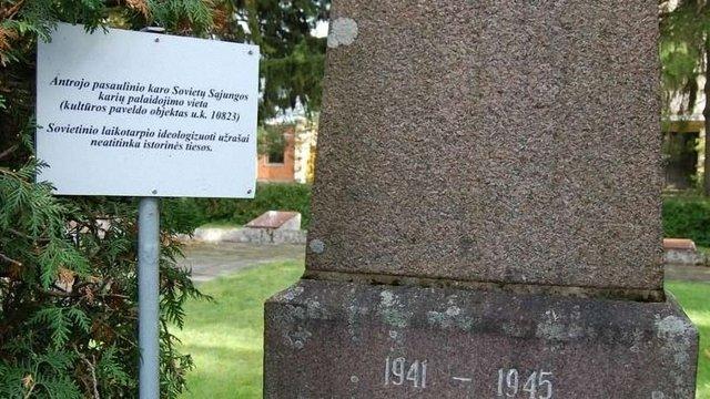 Біля радянських пам'ятників у Литві встановили таблички «про невідповідність правді»