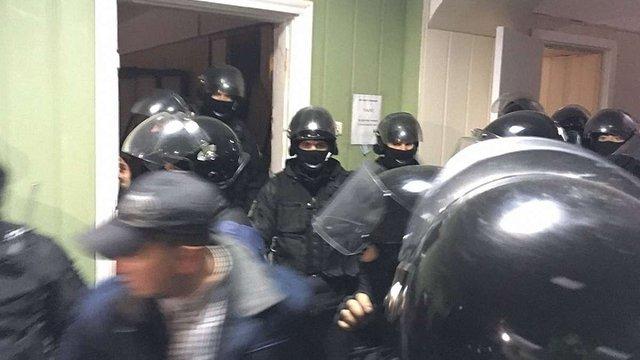 Поліція у Києві взяла штурмом Святошинський суд та затримала протестувальників