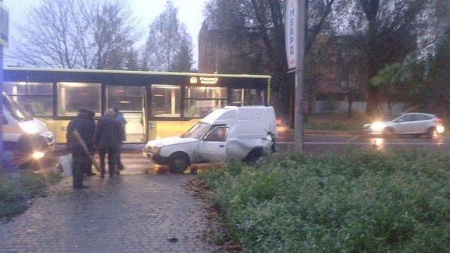 У Рясному після ДТП з автобусом автомобіль збив жінку