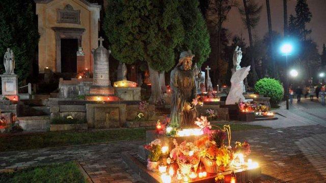 На території львівських кладовищ влаштували прибирання