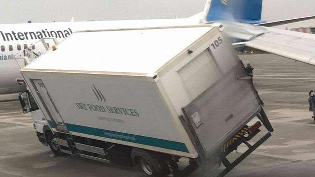 В аеропорту «Бориспіль» літак зачепив крилом вантажівку