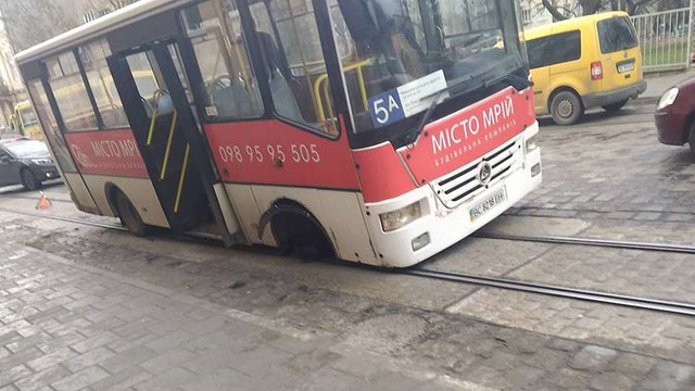У львівської маршрутки на ходу відпало переднє колесо