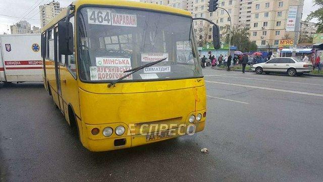 На зупинці громадського транспорту у Києві маршрутка на смерть збила подружжя пенсіонерів