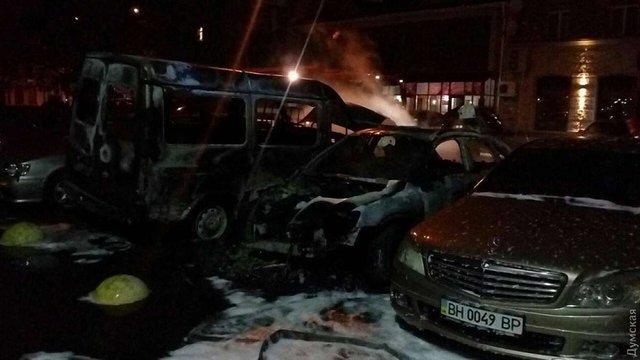 В Одесі за ніч невідомі спалили 19 автомобілів