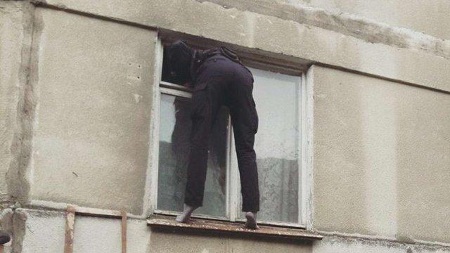 У Львові патрульні через вікно пробралися до квартири, аби врятувати пенсіонерку