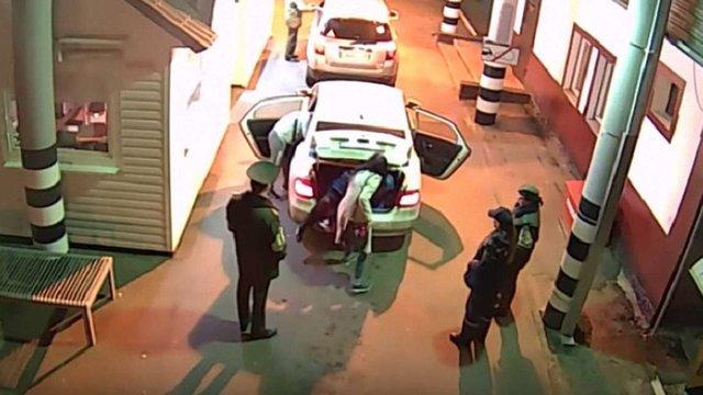 У Білорусі прикордонники затримали росіян, які везли в багажнику українку