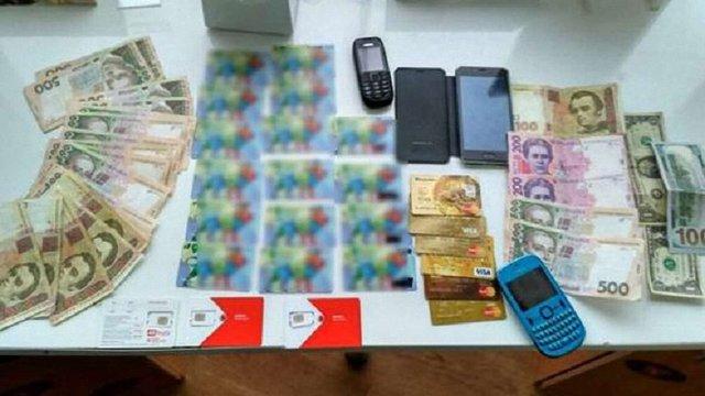 У Львові викрили касира автозаправки, який викрадав гроші з банківських карток клієнтів