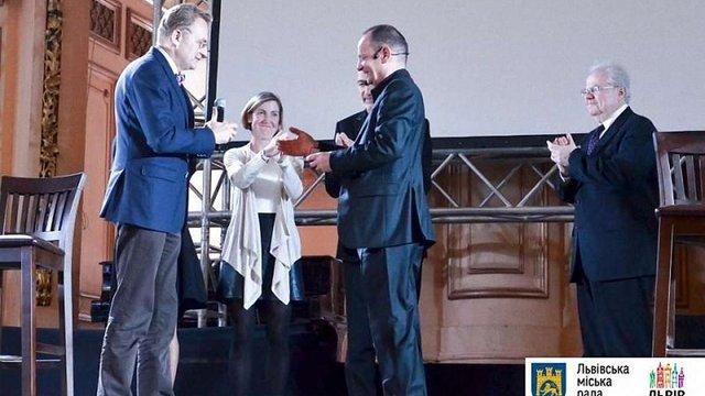Андрій Садовий вручив золотий герб Львова юристу Філіпу Сендсу