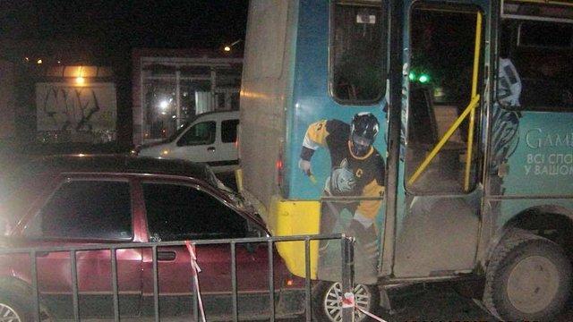 У Львові п'яний водій легкового авто в'їхав у маршрутку