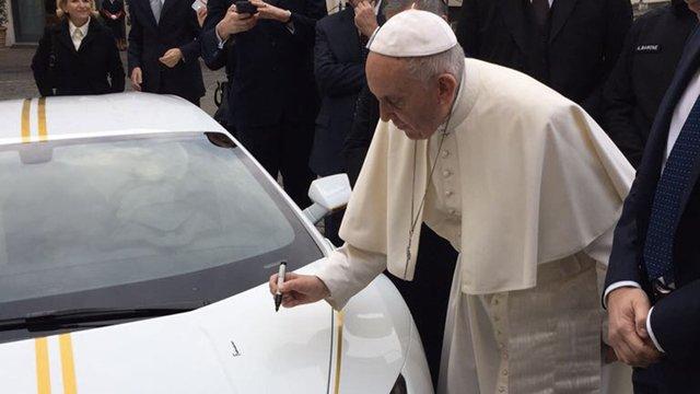 Папа Римський продасть свій отриманий у подарунок Lamborghini на аукціоні