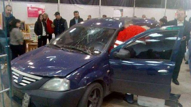 У Харкові автомобіль в'їхав усередину торгового центру