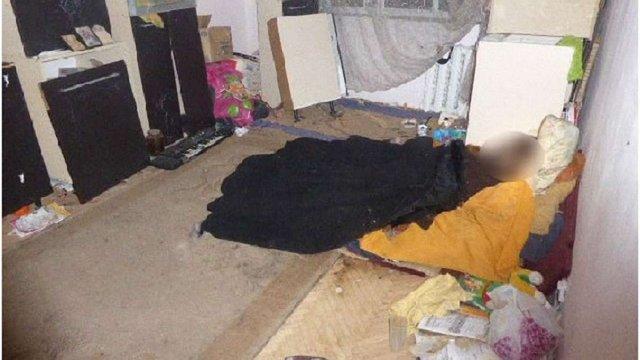 У Києві жінка з дитиною місяць прожила у квартирі з трупом своєї матері