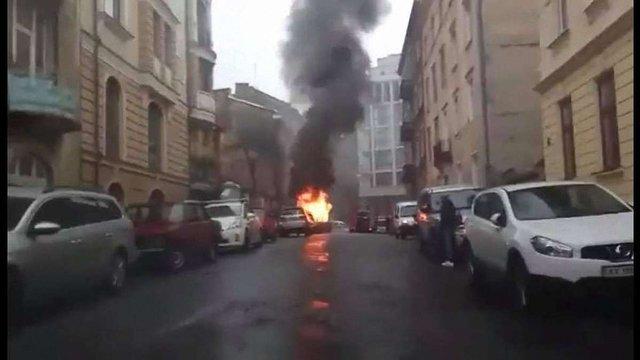 У центрі Львова згорів автомобіль