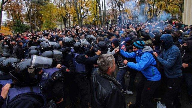 Десять поліцейських дістали травм у зіткненнях з протестувальниками в Одесі