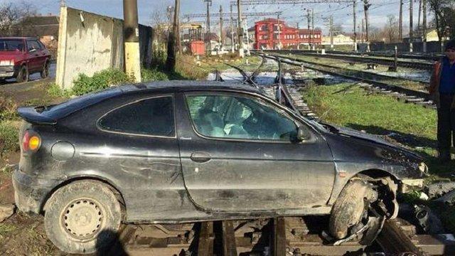 Після ДТП у Ходорові водій кинув авто із польськими номерами на залізничній колії