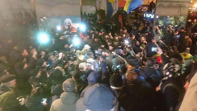На Майдані в Києві під час встановлення наметів між активістами і поліцією сталася штовханина