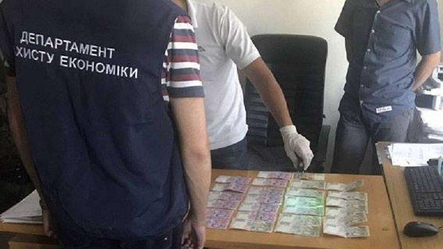 Головного спеціаліста одного із відділів ДМС Львова оштрафували за хабар на ₴13,6 тис.