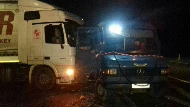 Внаслідок ДТП маршрутки із вантажівкою під Львовом постраждали 12 осіб