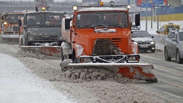 Через негоду на дорогах Львівщини працювало 66 снігоприбиральних машин
