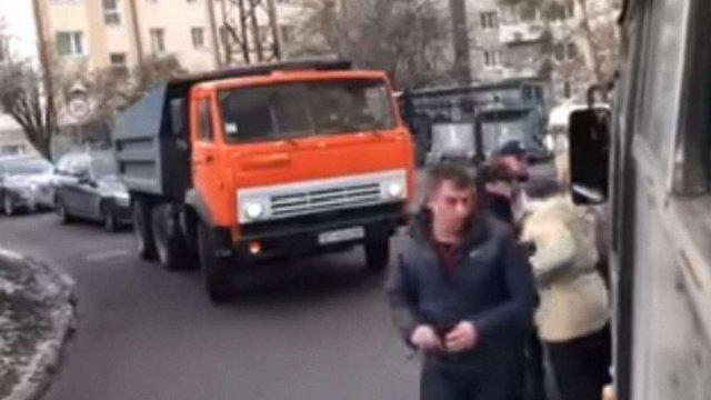 У Львові призначили службову перевірку щодо поліцейського, який штовхнув жінку