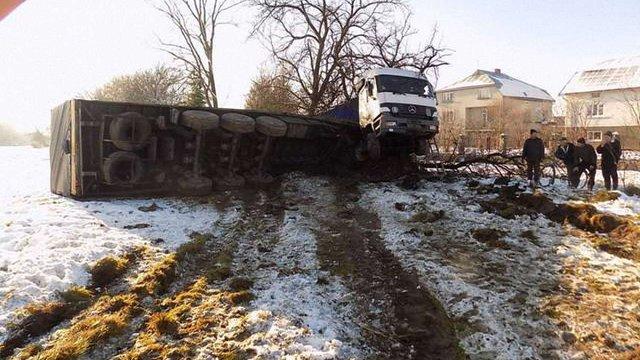 На трасі Київ-Чоп внаслідок ДТП перекинулася вантажівка