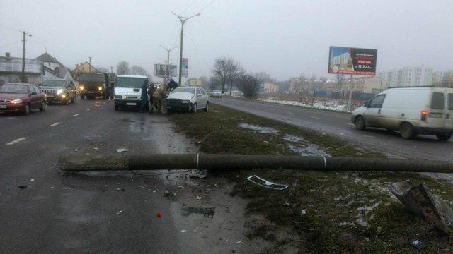 У Львові водійка перевищила швидкість і збила електроопору