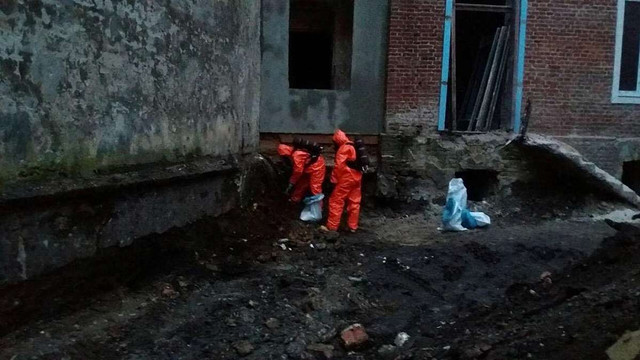 У Львові під час земляних робіт у подвір'ї будинку виявили невідому речовину з різким запахом