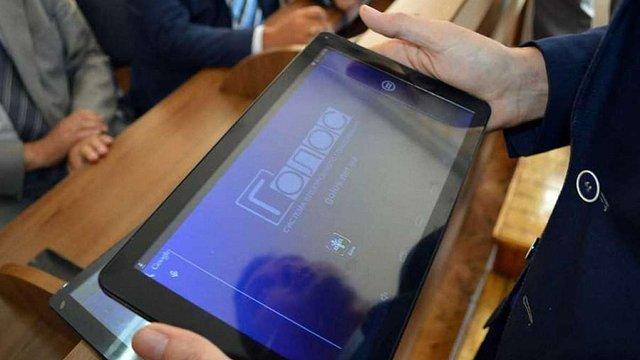 В Яремчі міські депутати відмовилися від планшетів на сесіях