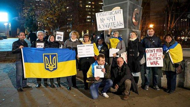 У Нью-Йорку протестували проти візиту кінорежисера з РФ, що підтримав анексію Криму