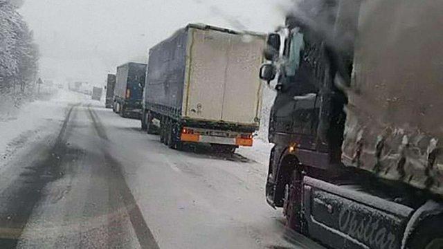 На Львівщині через негоду обмежили рух вантажного автомобільного транспорту