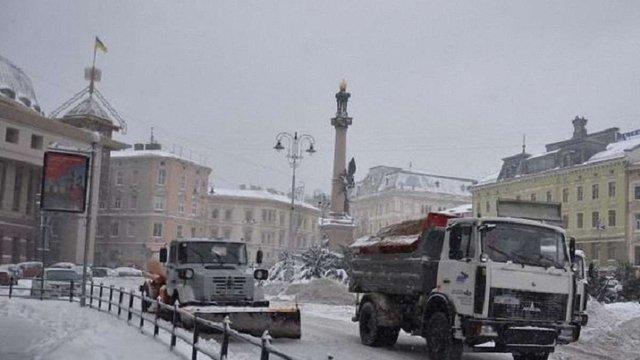 Вранці у Львові працювало 76 машин для прибирання снігу