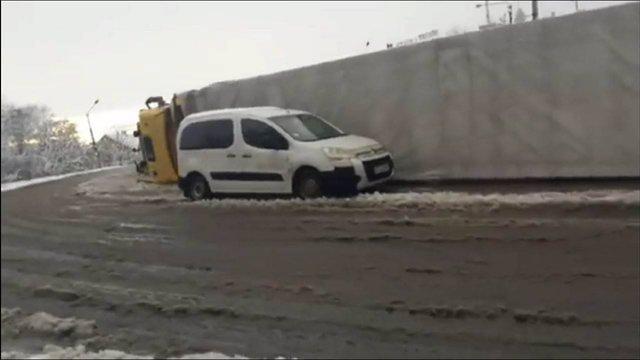 Через негоду на мості у Стрию перекинулася вантажівка з паливними брикетами