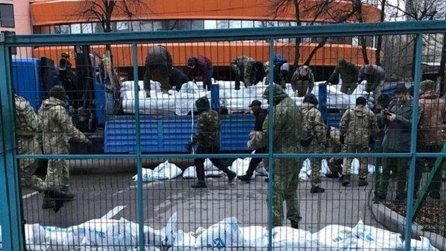 У Києві активісти розбирають барикаду під офісом телеканалу NewsOne