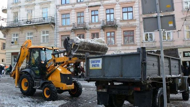 Вулиці Львова прибирає 51 одиниця снігоприбиральної техніки